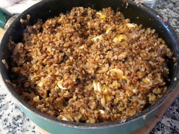 Рецепт Гречневая каша с грибами, луком и яйцом шаг-5