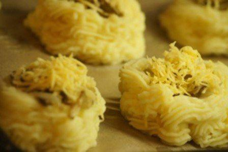 Рецепт Картофельные гнезда с грибами и сыром шаг-5
