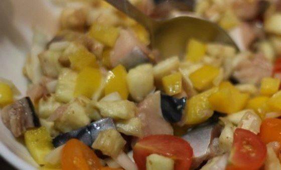 Рецепт Запеченные баклажаны со скумбрией и овощами  шаг-4