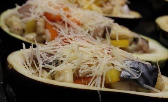 Рецепт Запеченные баклажаны со скумбрией и овощами шаг-6