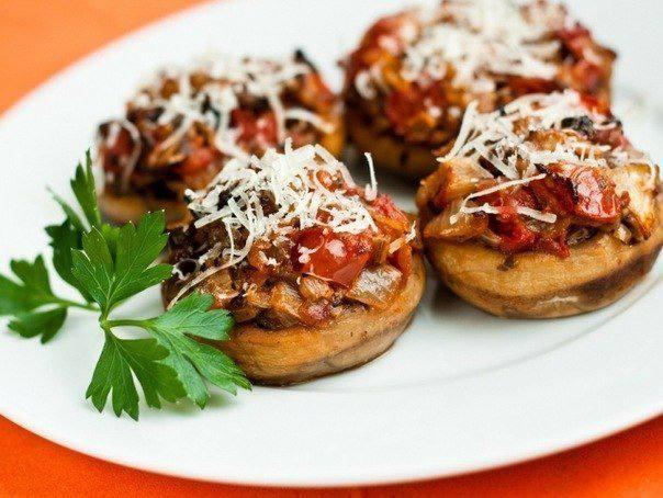 Готовим Закуски Запеченные грибы с сыром и помидорами