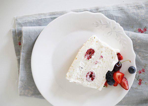 Готовим Десерты Ангельский торт со сливками и ягодами