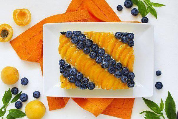 Готовим Десерты Торт с муссом, абрикосами и голубикой