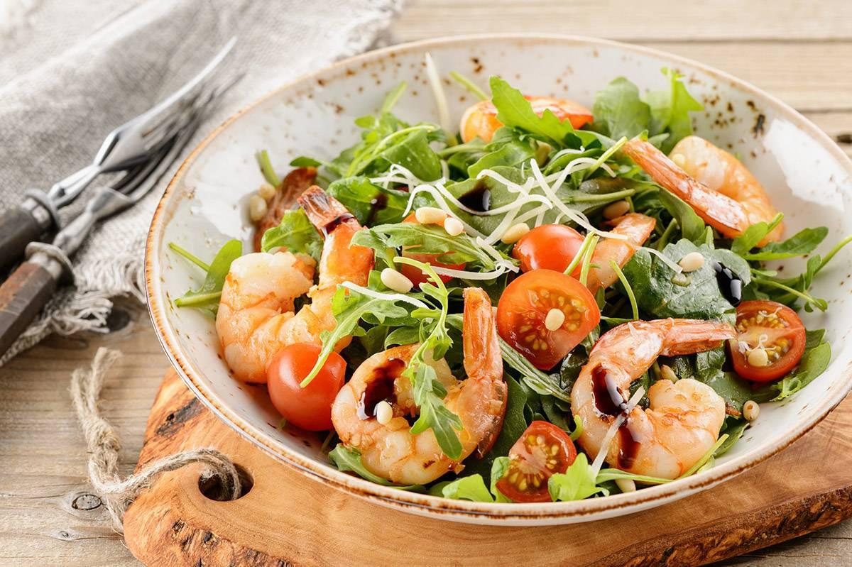Рецепт теплого салата с креветками пошагово