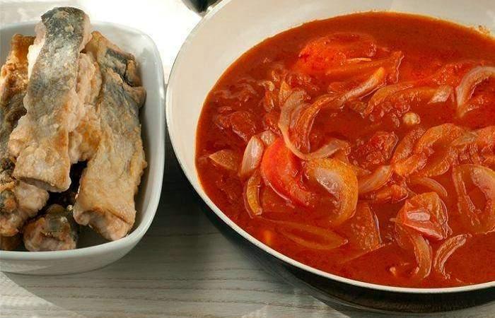 Рецепт Горбуша, запеченная в духовке под томатным соусом шаг-3