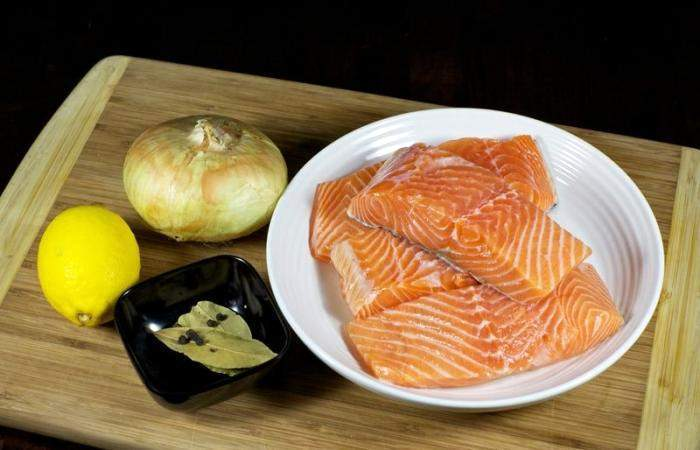 Рецепт Красная рыба, запеченная с луком шаг-1