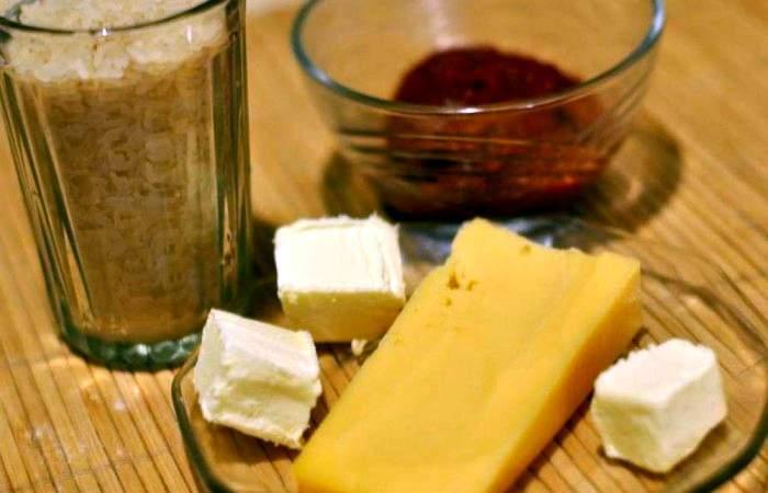 Рецепт Рис с томатным соусом и сыром шаг-1