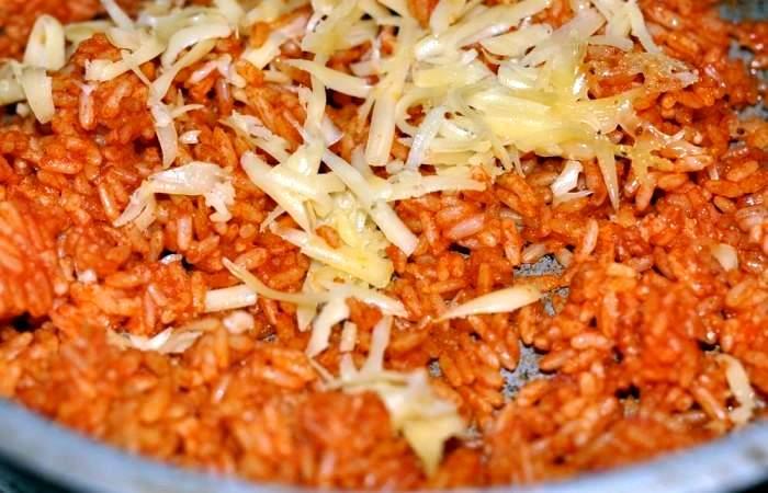 Рецепт Рис с томатным соусом и сыром  шаг-4