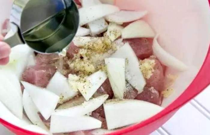 Рецепт Свиной шашлык в красном вине шаг-5
