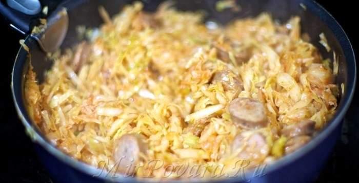 Рецепт Тушеная капуста с сосисками шаг-6