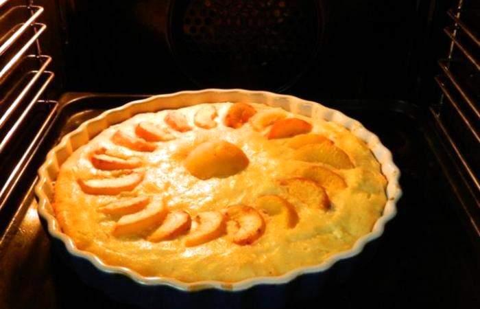 Рецепт Творожная запеканка с персиками и манкой шаг-6