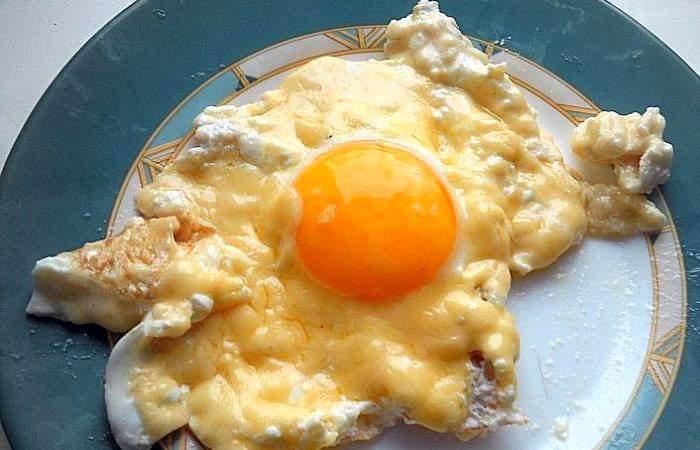 Готовим Яйца Яичница со сметаной и сыром
