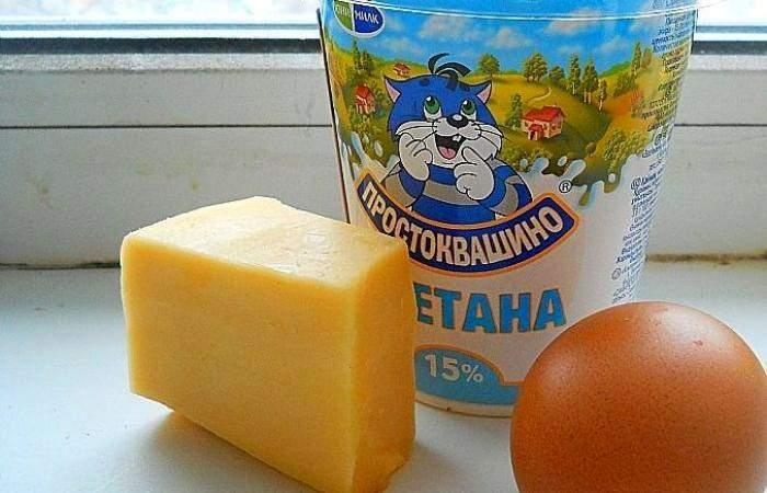 Рецепт Яичница со сметаной и сыром шаг-1