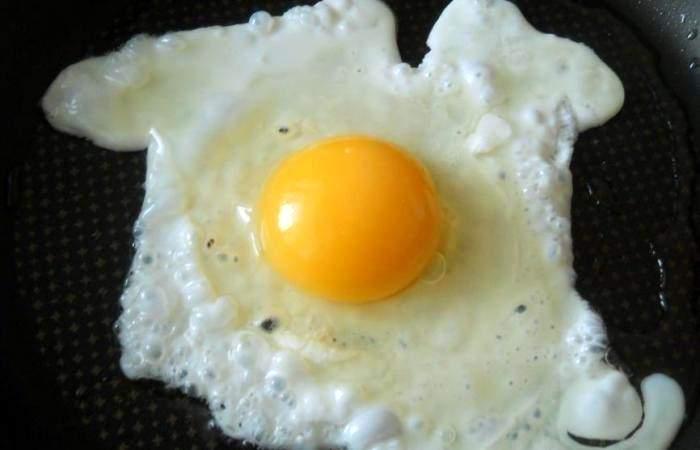 Рецепт Яичница со сметаной и сыром  шаг-2