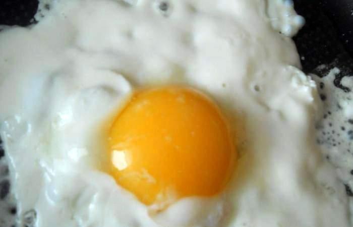 Рецепт Яичница со сметаной и сыром шаг-3