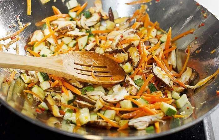 Рецепт Жареный рис по-китайски с овощами и грибами шаг-5