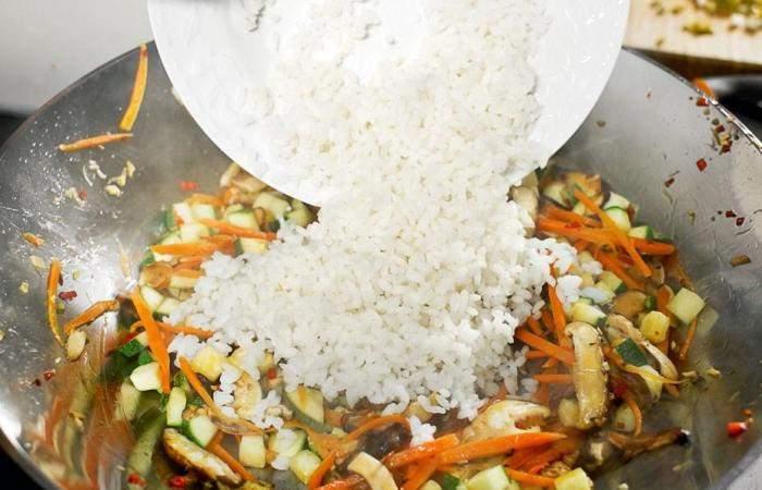 Рецепт Жареный рис по-китайски с овощами и грибами шаг-6