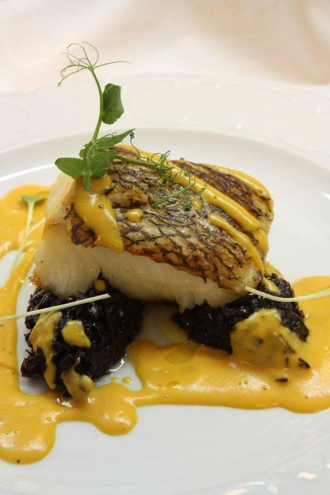 Рыба Чилийский сибасс с луковым мармеладом и пряным соусом из батата