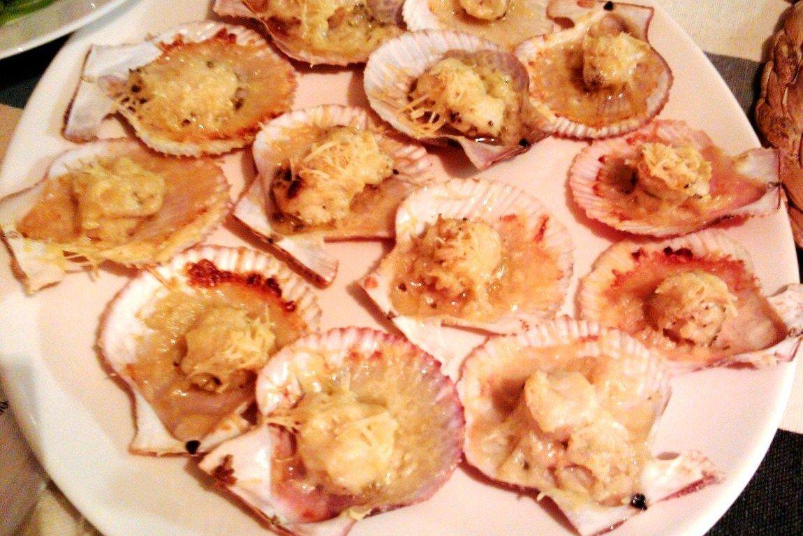 Рыба Ракушки гребешков, запеченые с чесноком