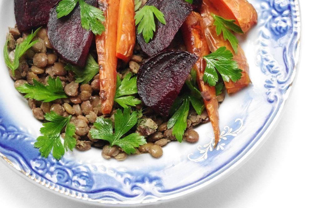 Вегетарианские Запеченные овощи и чечевица под соусом айоли