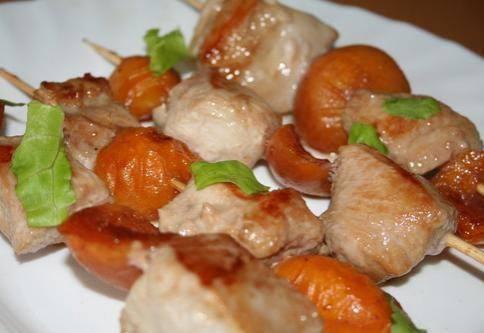 Шашлыки из грудки индейки и абрикосов