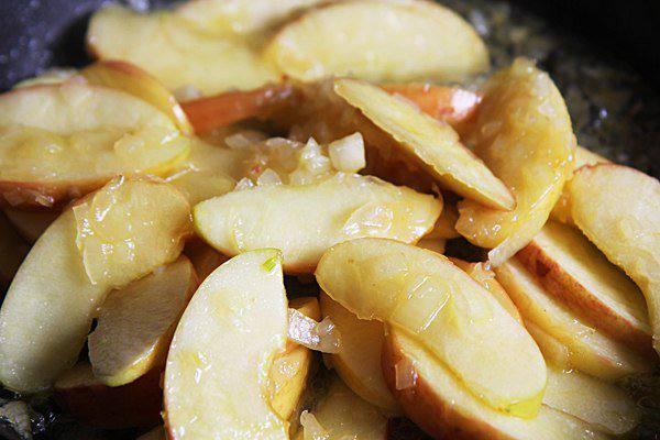 Рецепт Свиной стейк с карамелизированными яблоками шаг-3