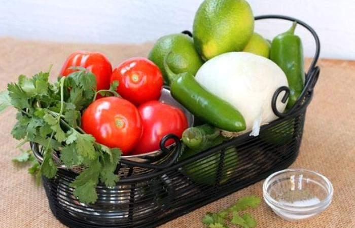 Рецепт Салат с помидорами и острым перцем шаг-1