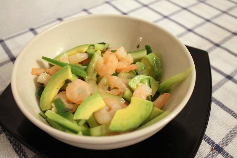 Как приготовить Салат из креветок, авокадо и огурца