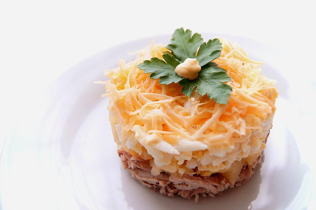 рецепт салата в консервированными ананасами