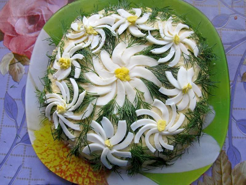 Мясной салат Ромашка с сыром и яйцом