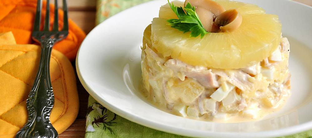 Салат с ананасом и куриной грудкой и грибами с фото