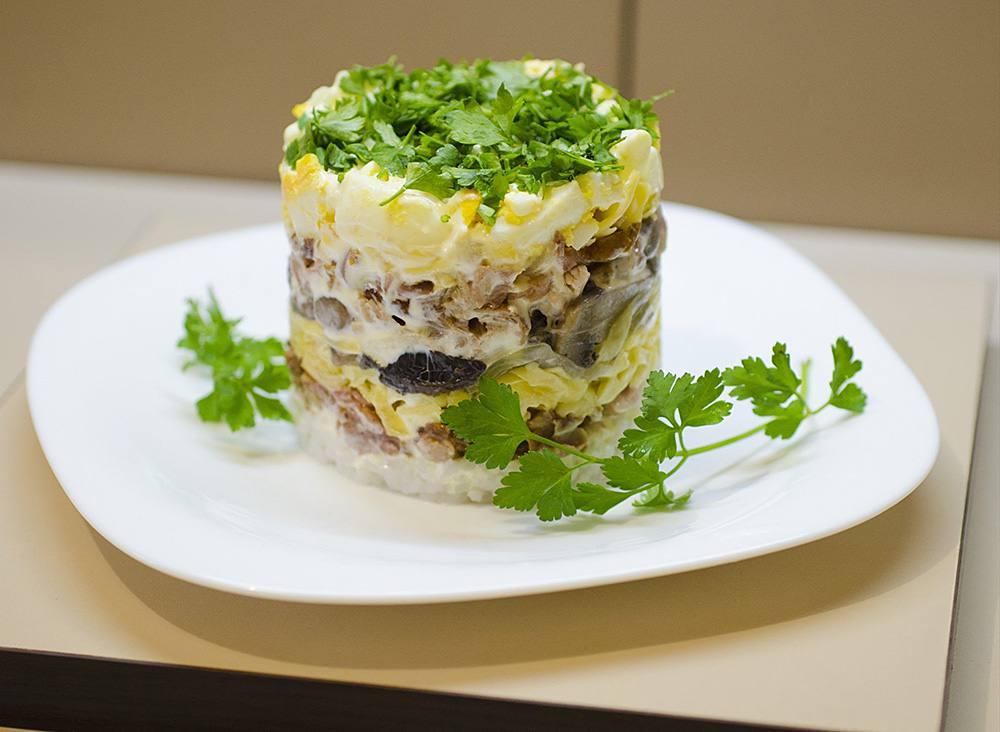 Салат Зодиак с курицей и грибами и огурцами рецепт сфото