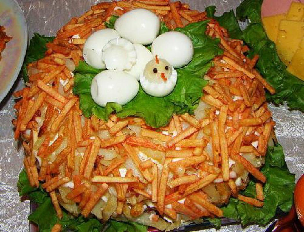 Салат с перепелиными яйцами гнездо