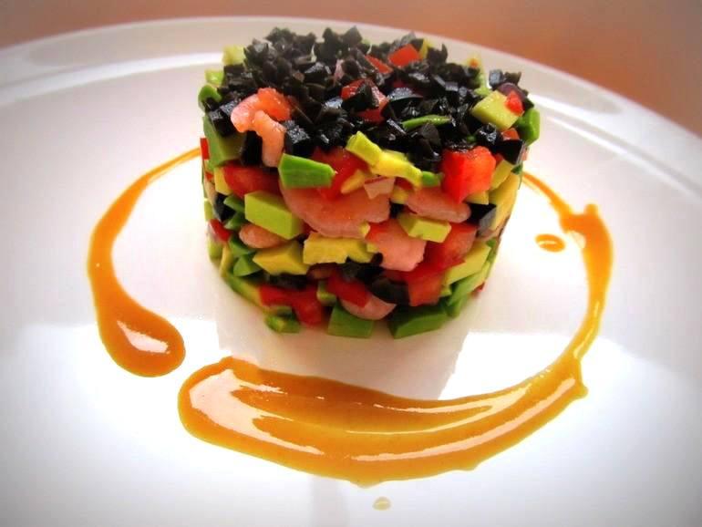 Салат с авокадо под горчично-медовым соусом