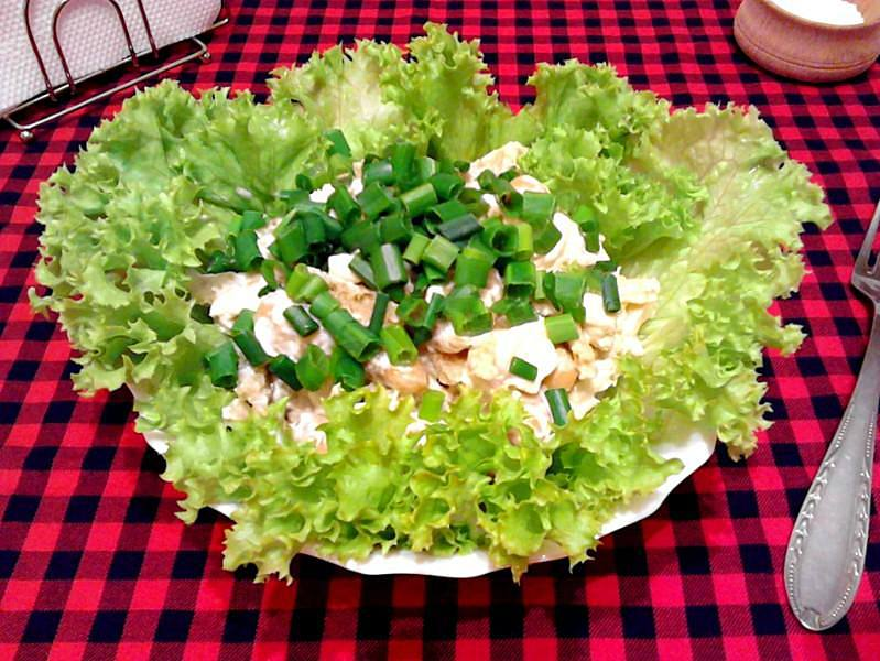 Салат с кириешками и фасолью
