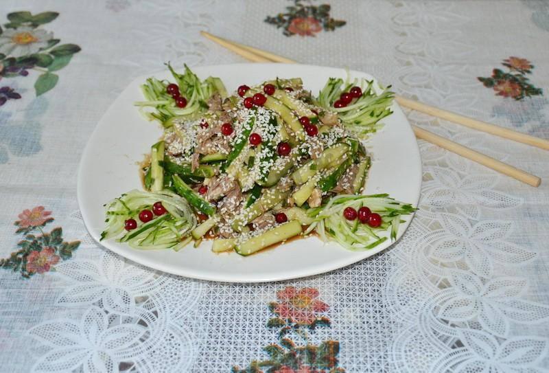 Салат с соевым соусом и огурцами