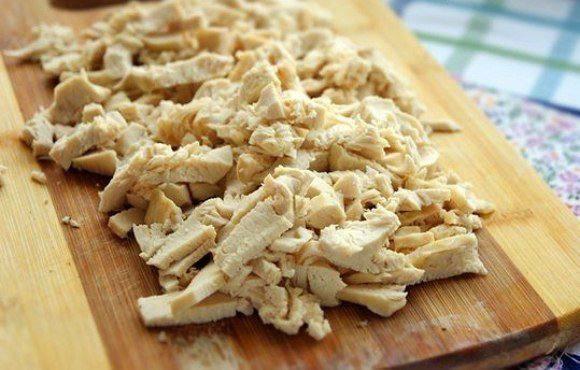 Рецепт Салат из курицы с яичными блинчиками  шаг-2