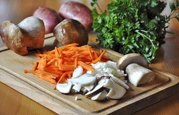 Рецепт Грибной суп с яичной лапшой шаг-1