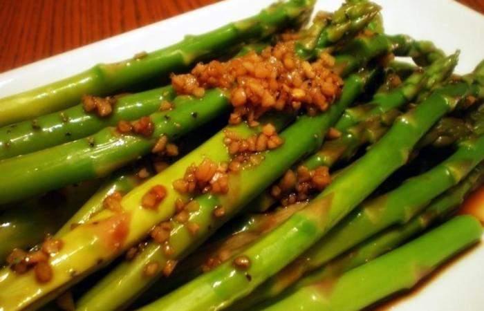 Рецепт Салат из спаржи с чесноком шаг-4