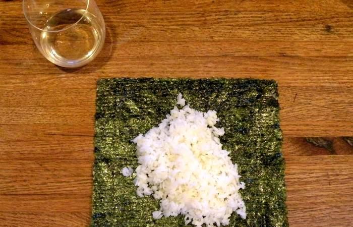Рецепт Роллы с лососем и авокадо шаг-1