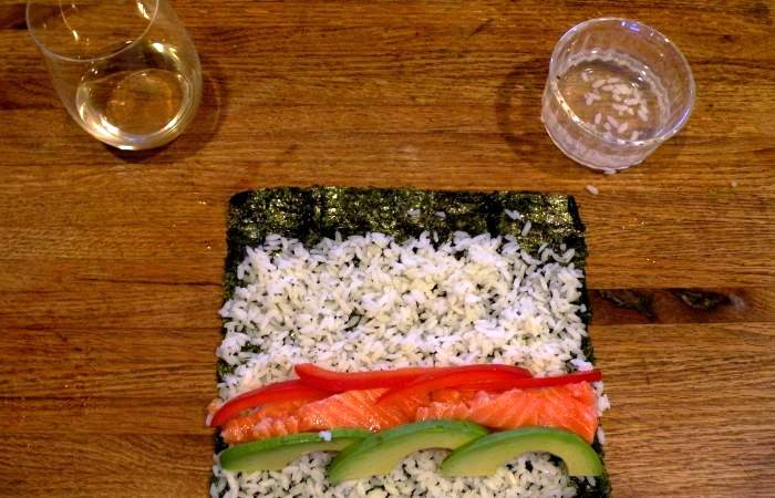Рецепт Роллы с лососем и авокадо шаг-3