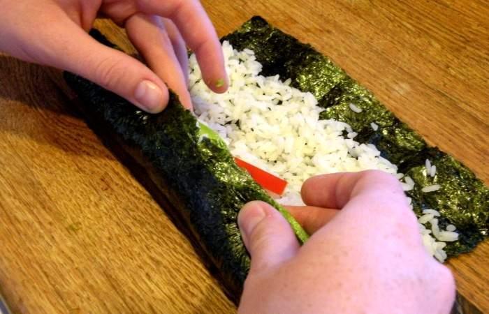 Рецепт Роллы с лососем и авокадо  шаг-4