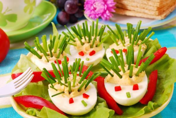 Готовим Праздники Детская пасха: Фаршированные яйца в виде ежиков