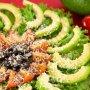 Салат с авокадо, помидорами, маслинами и пармезаном