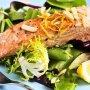 Салат с жареным лососем и овощами