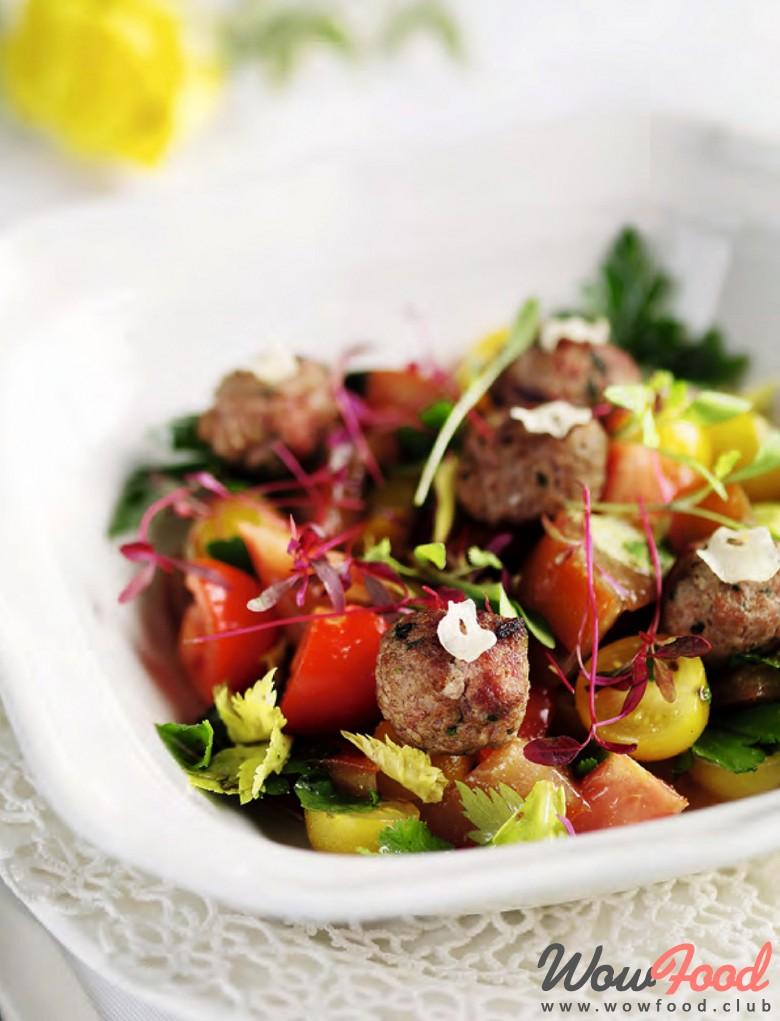 Готовим Мясо Салат из красных и черных томатов с фрикадельками