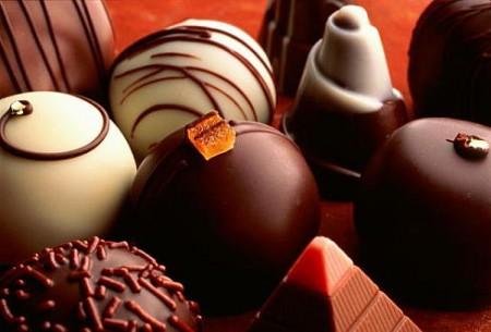 Шоколадные батончики и различные конфеты