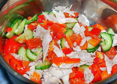 салат с помидорами и огурцами и курицей