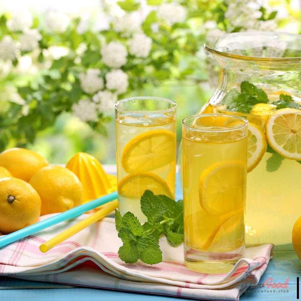 Лимонный напиток с медом и розмарином
