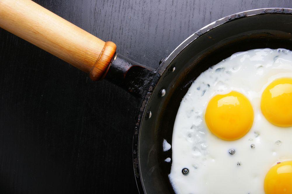 В чем жарить яичницу – советы по выбору сковороды